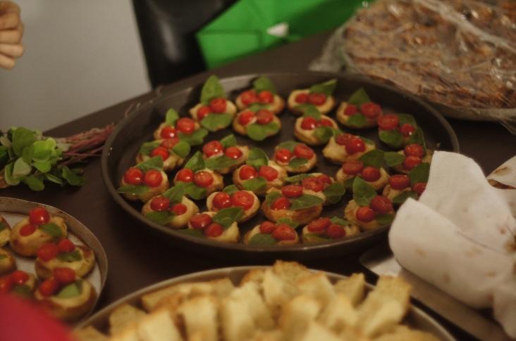 Biscoito vegano de begônia com pasta de batata baroa e erva-pepino